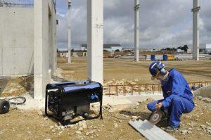groupe électrogène bleu sur un chantier