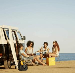 groupe électrogène jaune sur la plage est des personnes
